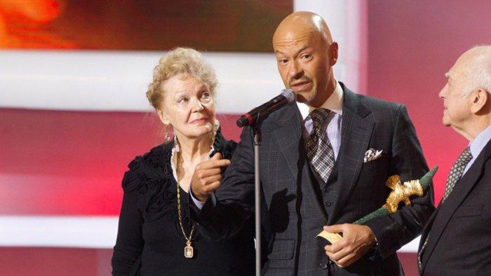 Ирина Скобцева с сыном Федором Бондарчуком на премии «Золотой орел», 2013 год | Источник: PersonaStars