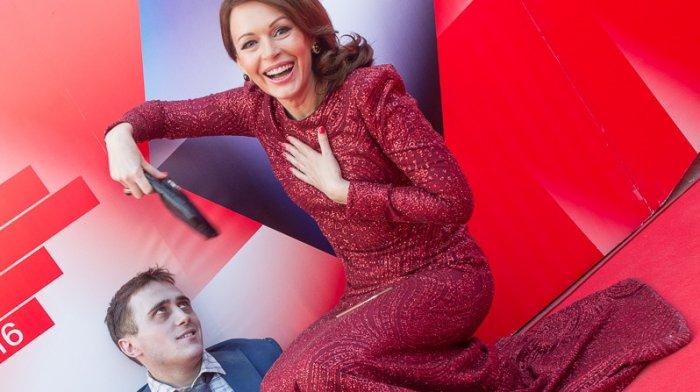 Ирина Безрукова и Мэнни из фильма «Человек — швейцарский нож»