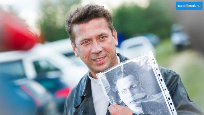 Андрей Мерзликин с портретом Михаила Кошкина | Источник: Алексей Молчановский