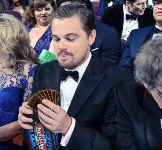 Держит в руках шоколадный «Оскар»