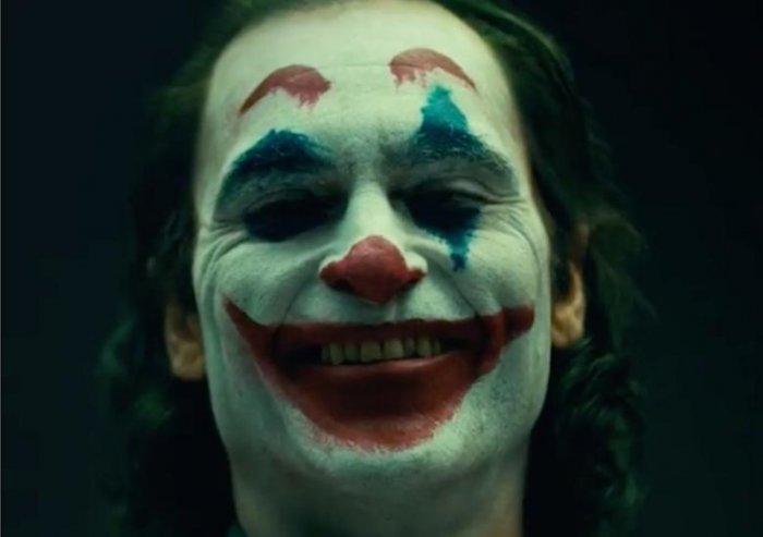 Хоакин Феникс предстал в гриме Джокера в видеоклипе с кинопроб