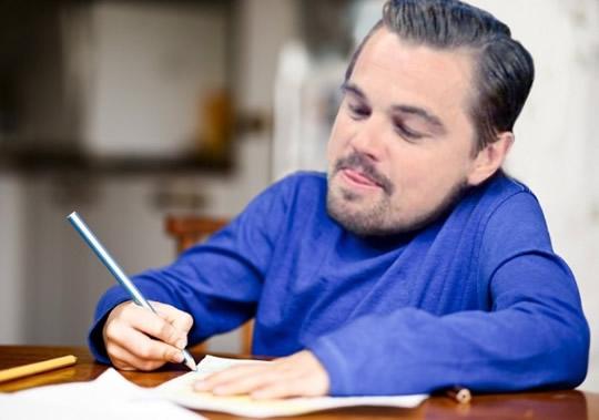 Пишет что-то в тетради